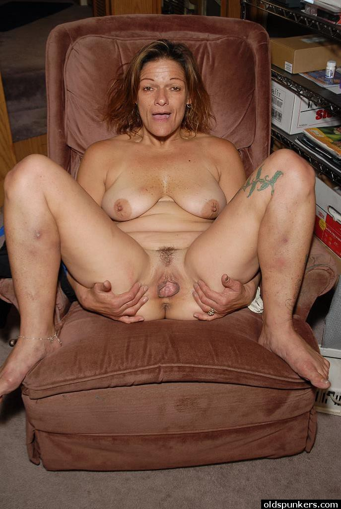 Tattooed mature woman Ivee tugging on long nipples at home ...
