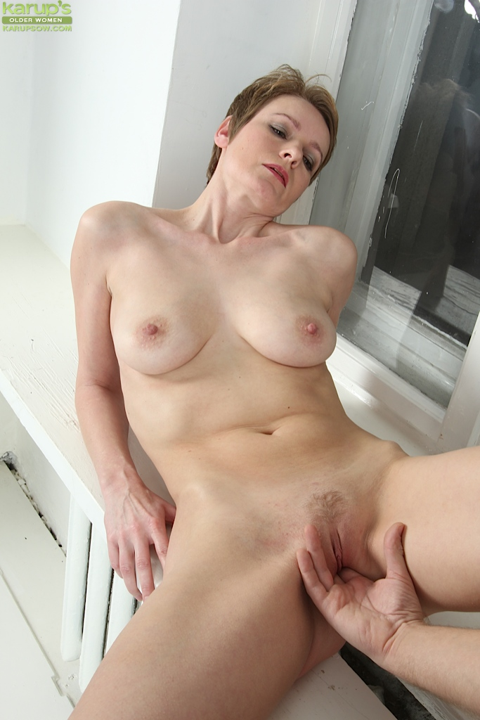 Aged mature lady Nensy having her pussy fingered before ...