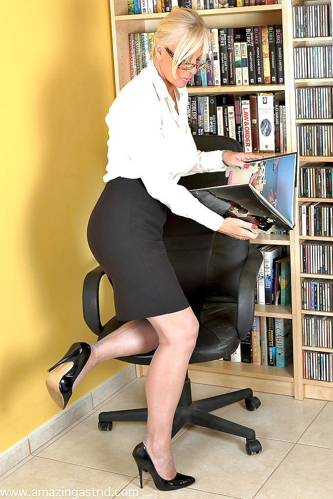 Milf teacher with blonde hair Carolyn Reese loves undressing after classes  605809