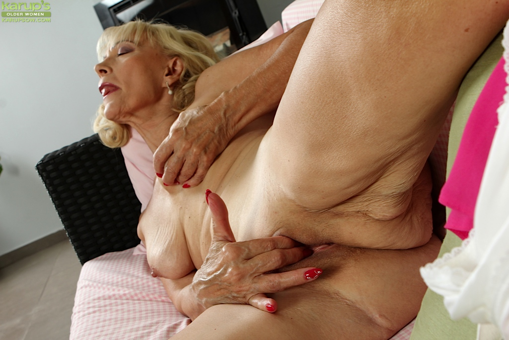 Hot blond pussy shaved granny blowjob