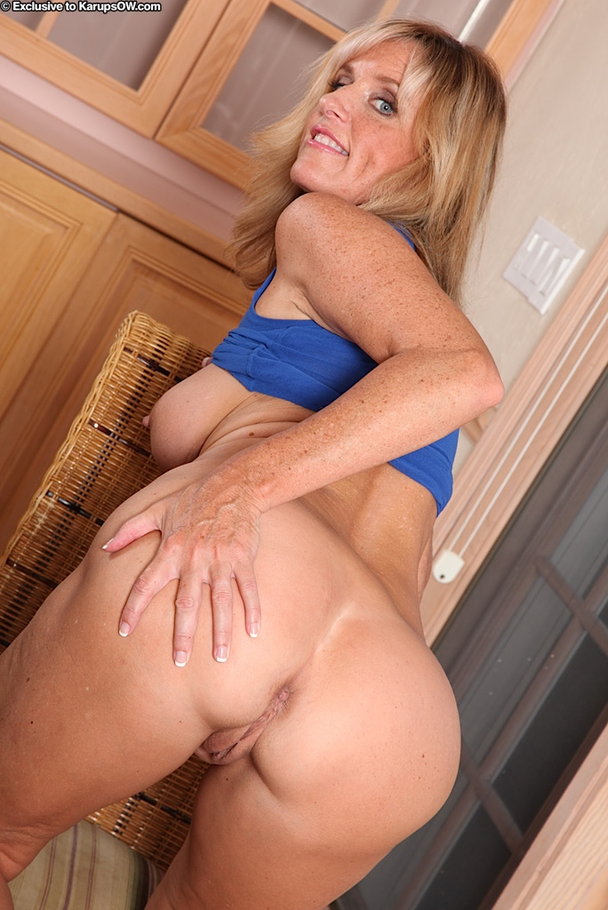 Blonde spreading ass and pussy on cam 7