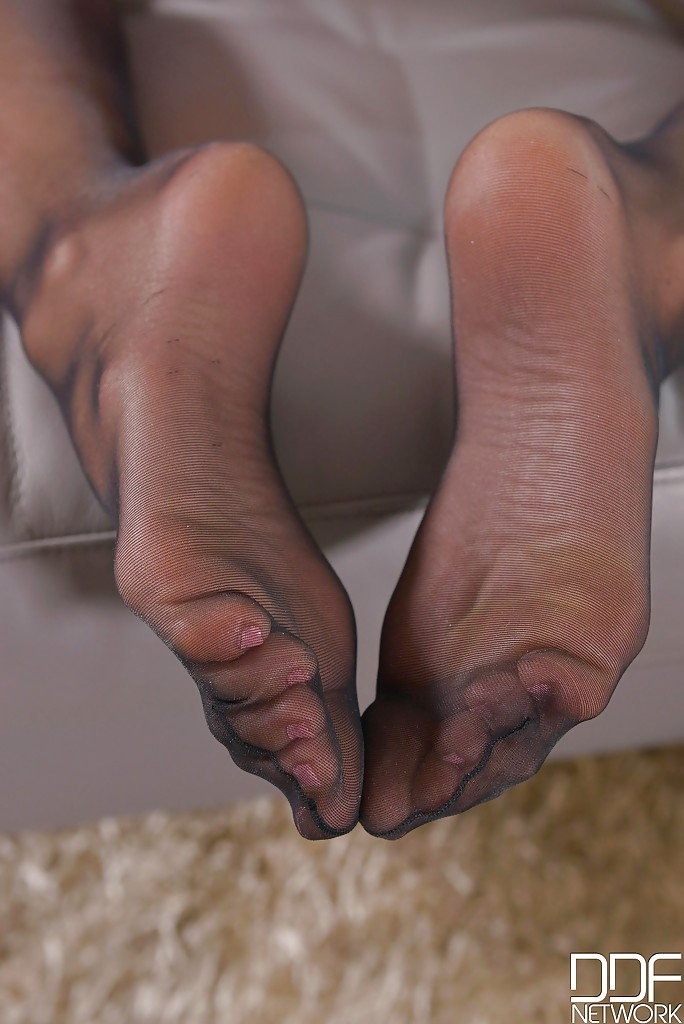 Red lipped Michelle Moist licks her bare toes and flaunts her sexy feet № 658409  скачать