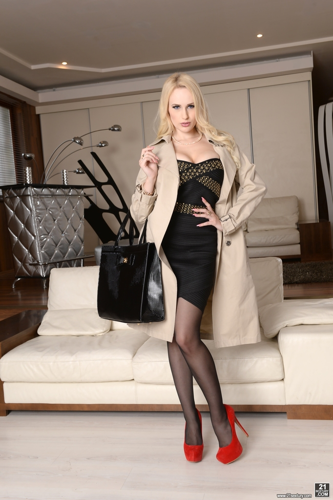 Hot blonde Angel Wicky does anal with a man on the first date № 1433981 загрузить