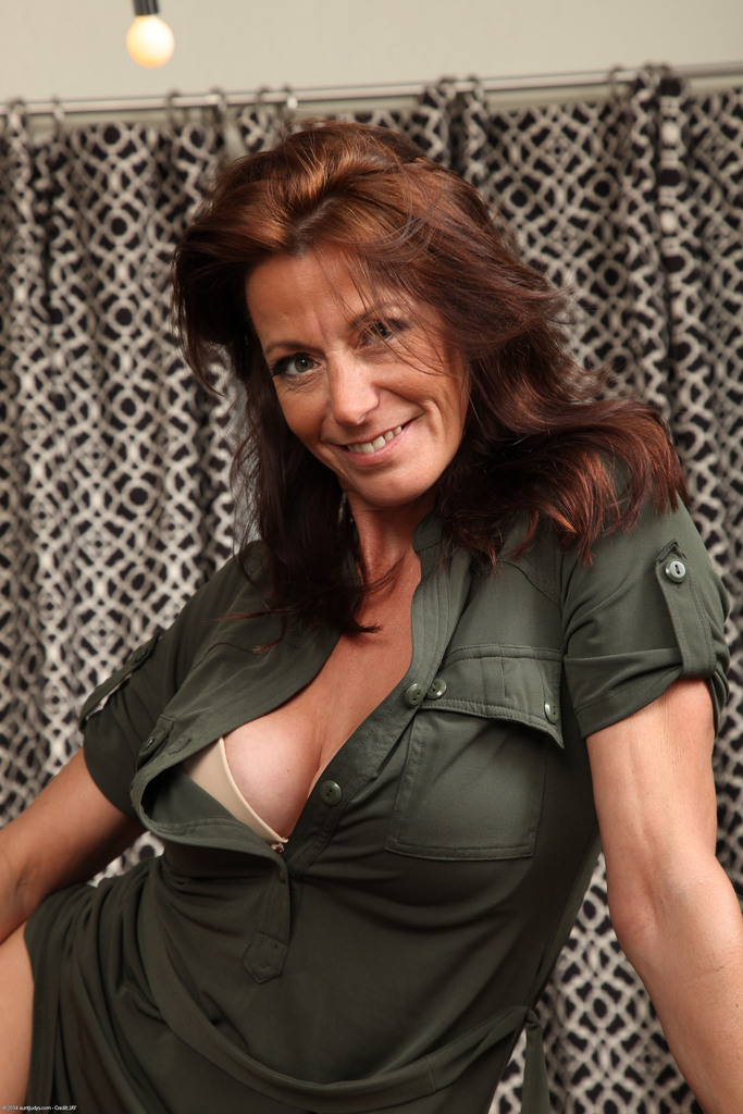 Mature woman Mimi Moore concludes her breakfast by stripping naked  2148840