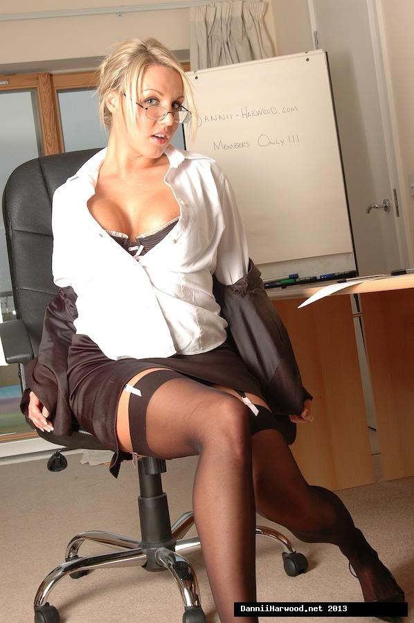Office mature Marcy Darling is posing on the table and undressing № 765160 бесплатно