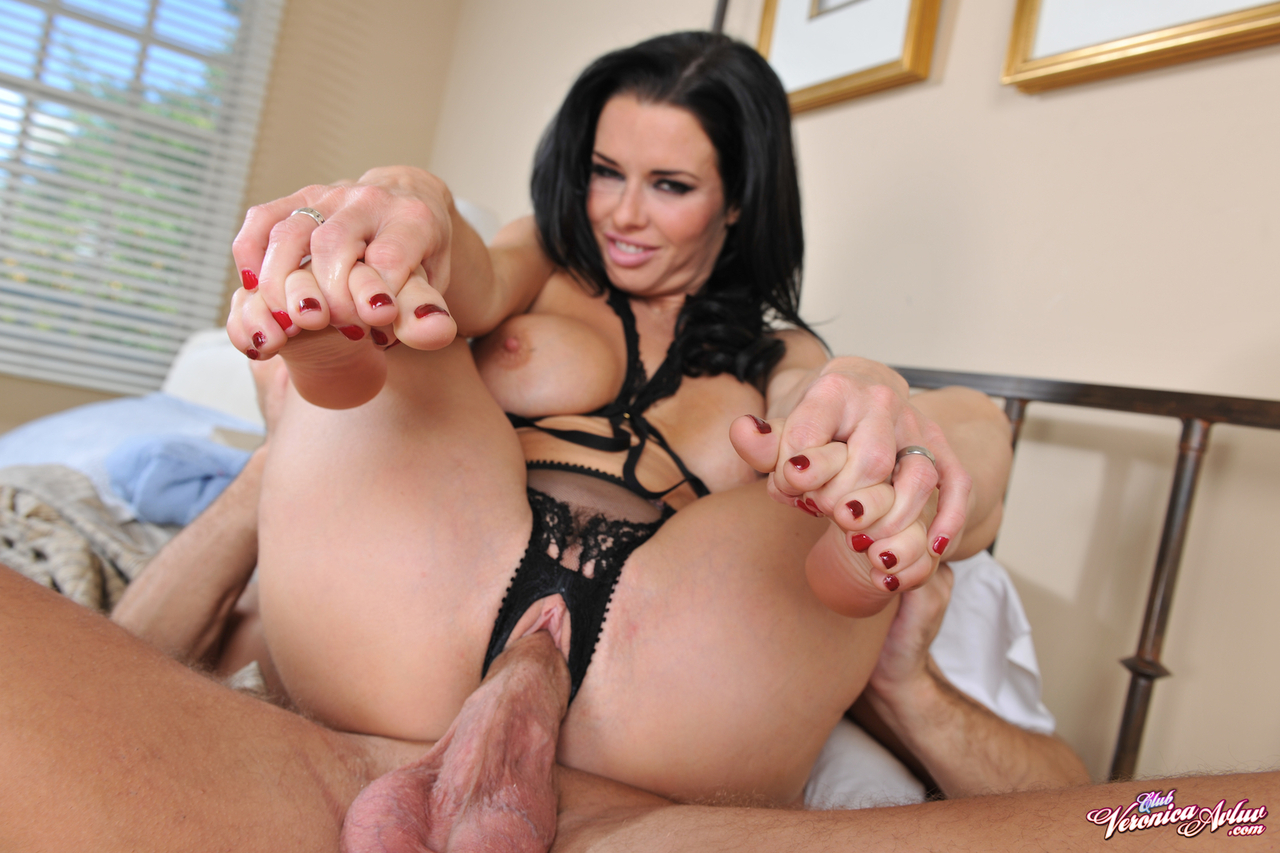 Milf Veronica Avluv Spreads Her Legs And Holds Her Feet