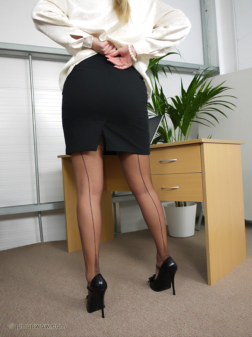 Gorgeous blonde mommy Phoenix Marie stripping in her office  2210423