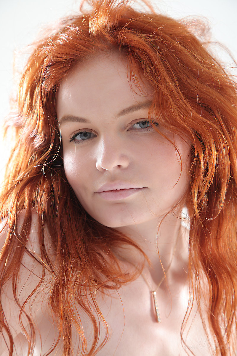 Clothed redhead Barbara Babeurre is pissing and gets wet in close up № 984502 бесплатно