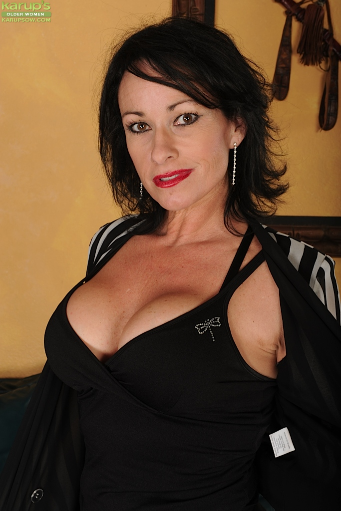 Busty mature Carol Foxxx spreading her cunt and fondles her massive tits  616070