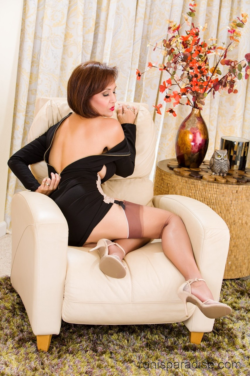 Classy older lady Roni Ford slowly undresses in mini skirt and nylons  286068