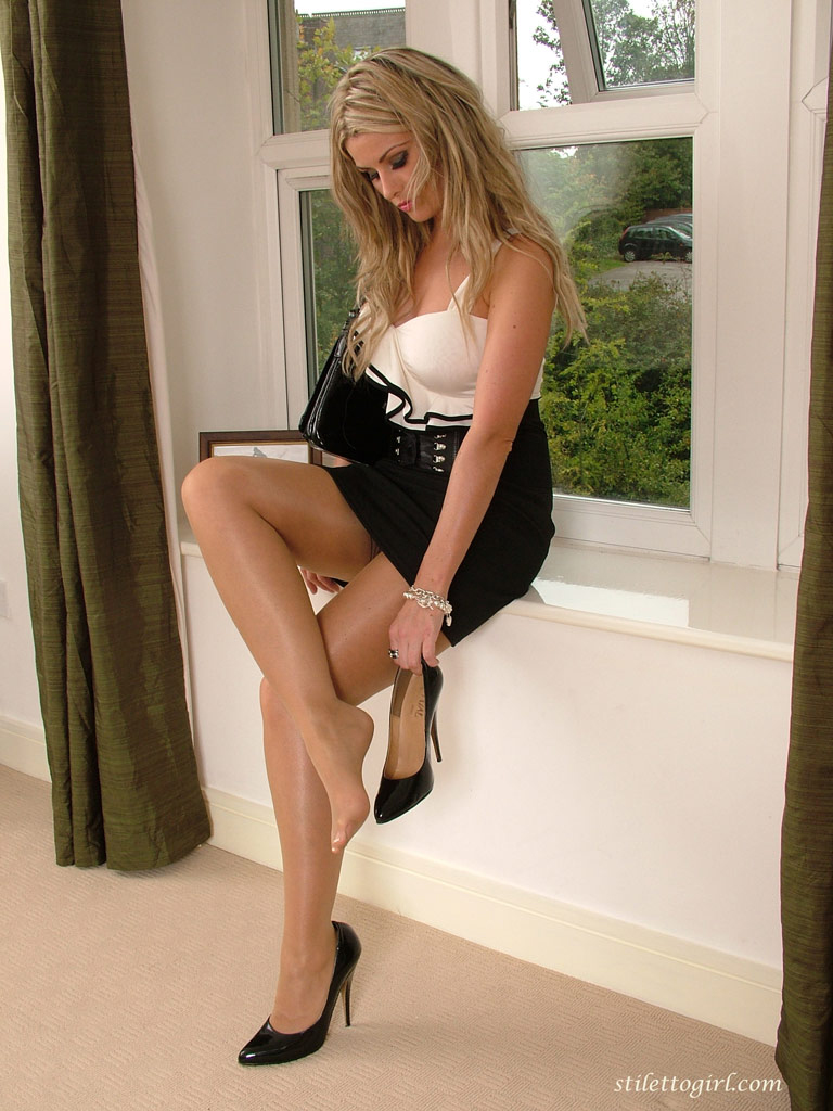 Hot MILF Samantha Jolie seduces a man for sex wearing a short dress № 303765 загрузить