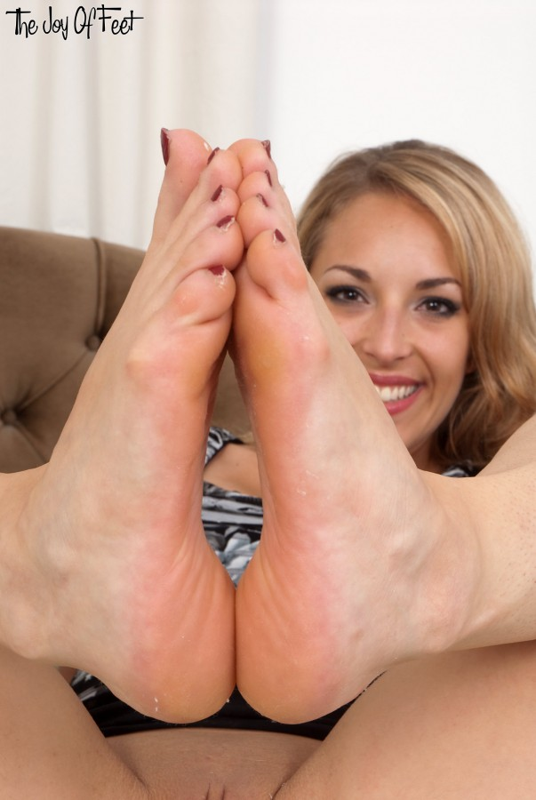 Sexy Latina Tia Cyrus flaunting her hot bare feet before riding cock cowgirl № 10155 бесплатно