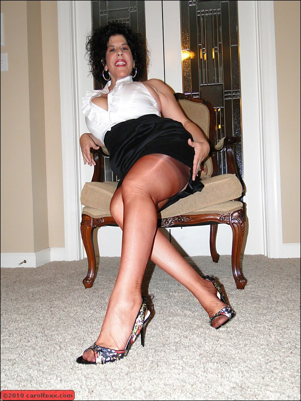 Great mature retro legs drop more her