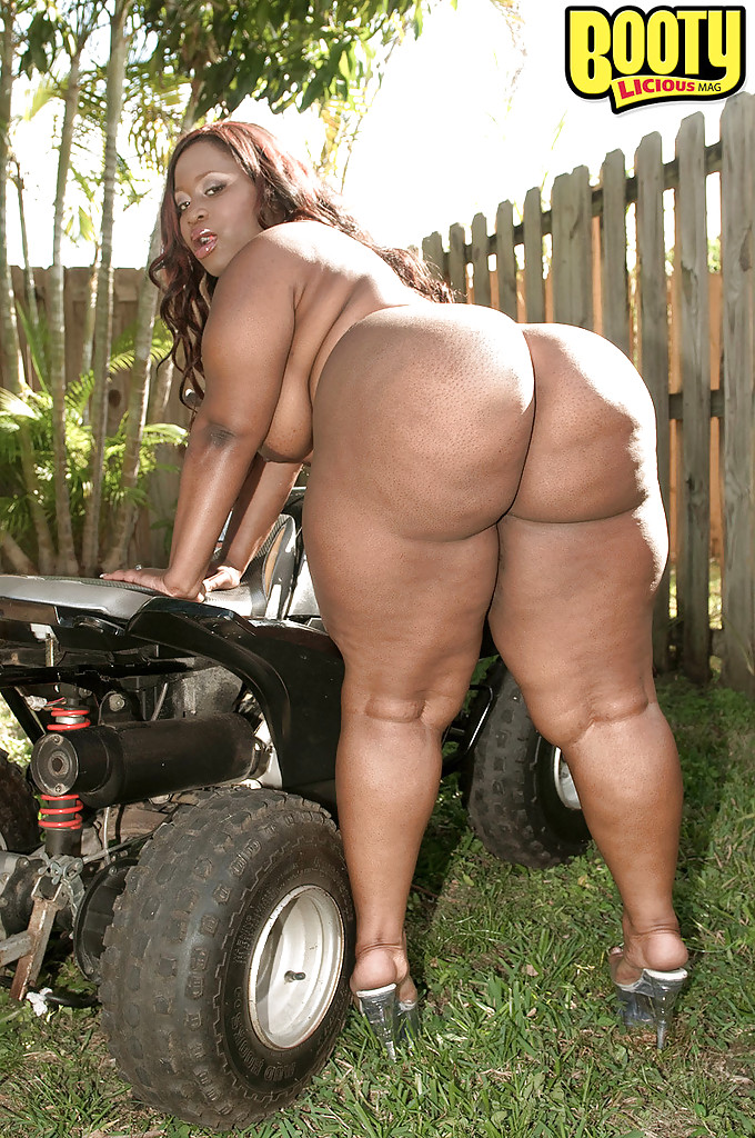 Bbw flashing ass
