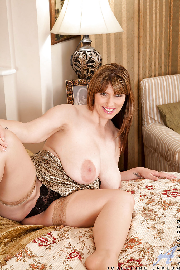 tempting mature josephine james brings out her fat boobs and sex
