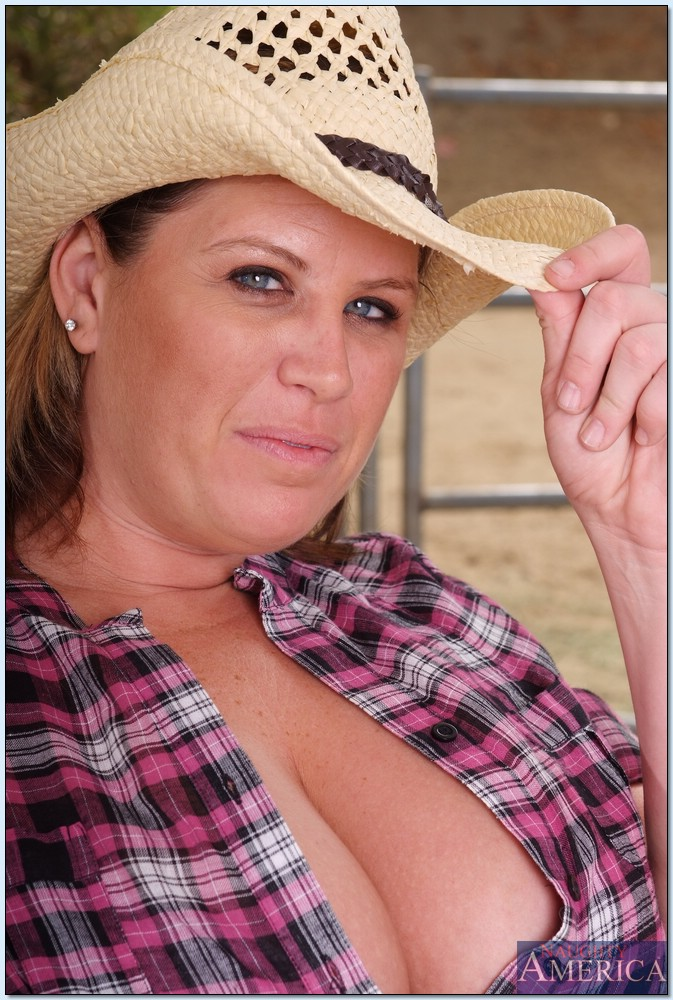 Chubby Country Girl Lisa Sparxxx Showing Off Big Tits