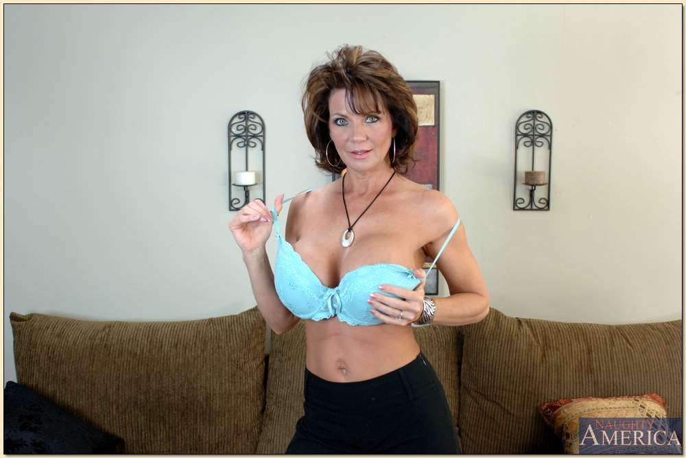 Dirty mommy deauxma opens her anus for her boytoy amp squirts