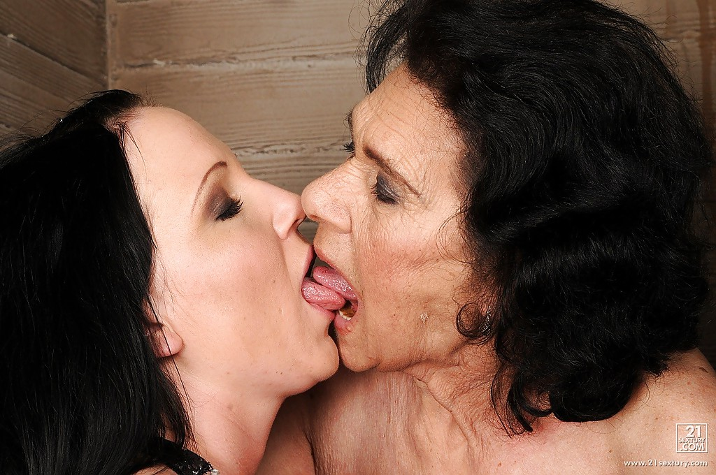 Eating old woman pussy
