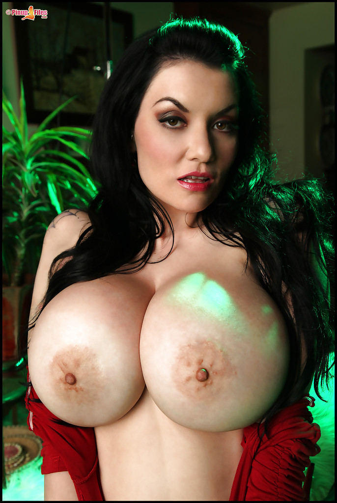Hot brunette with a stunning body exposes her huge melons ...