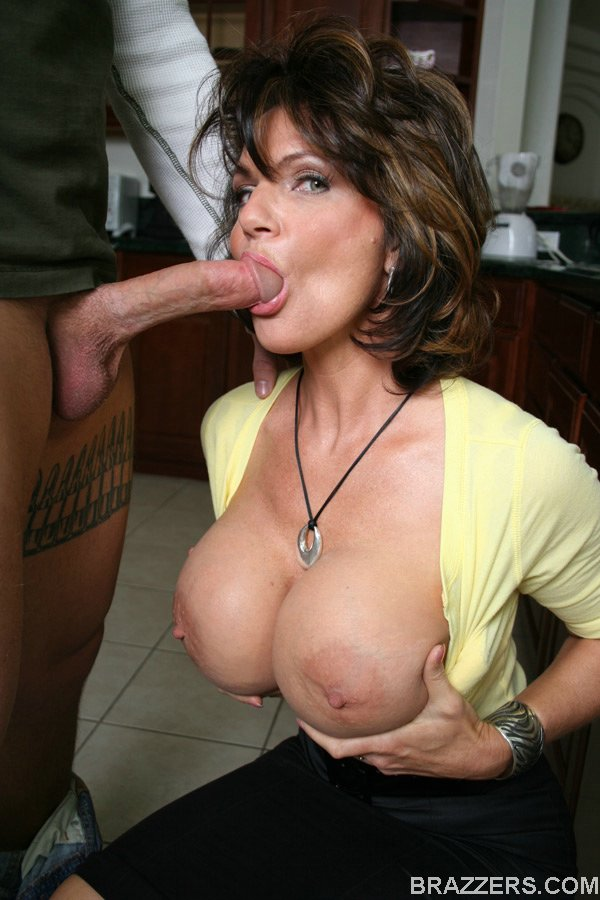 Mature brunette fingering