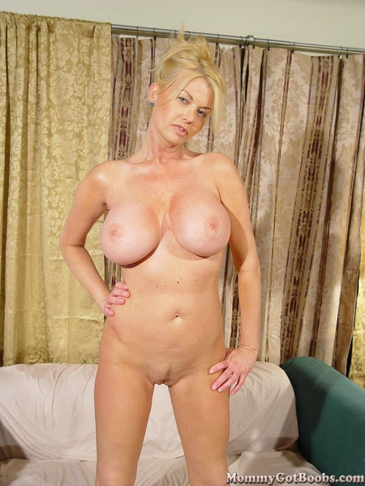 Creampie in my moms pussy