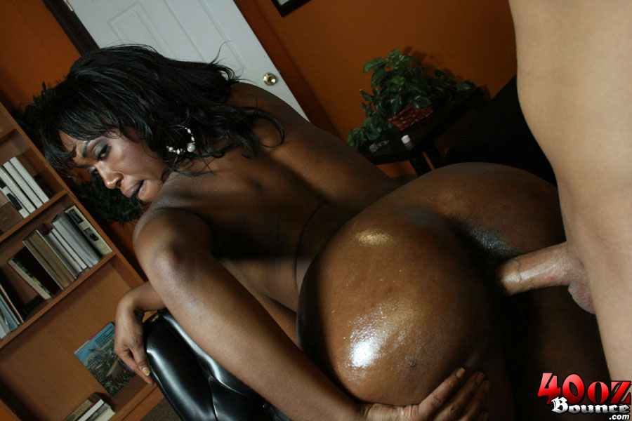 Black milf toys and fucks
