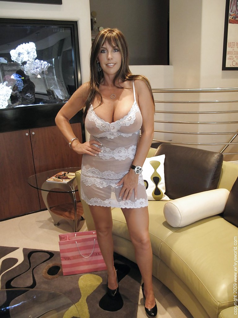 mature wife on high heels wifey flashes her big boobs outdoor