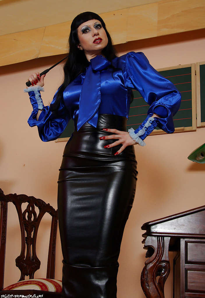 lfully clothed eather fetish mistress