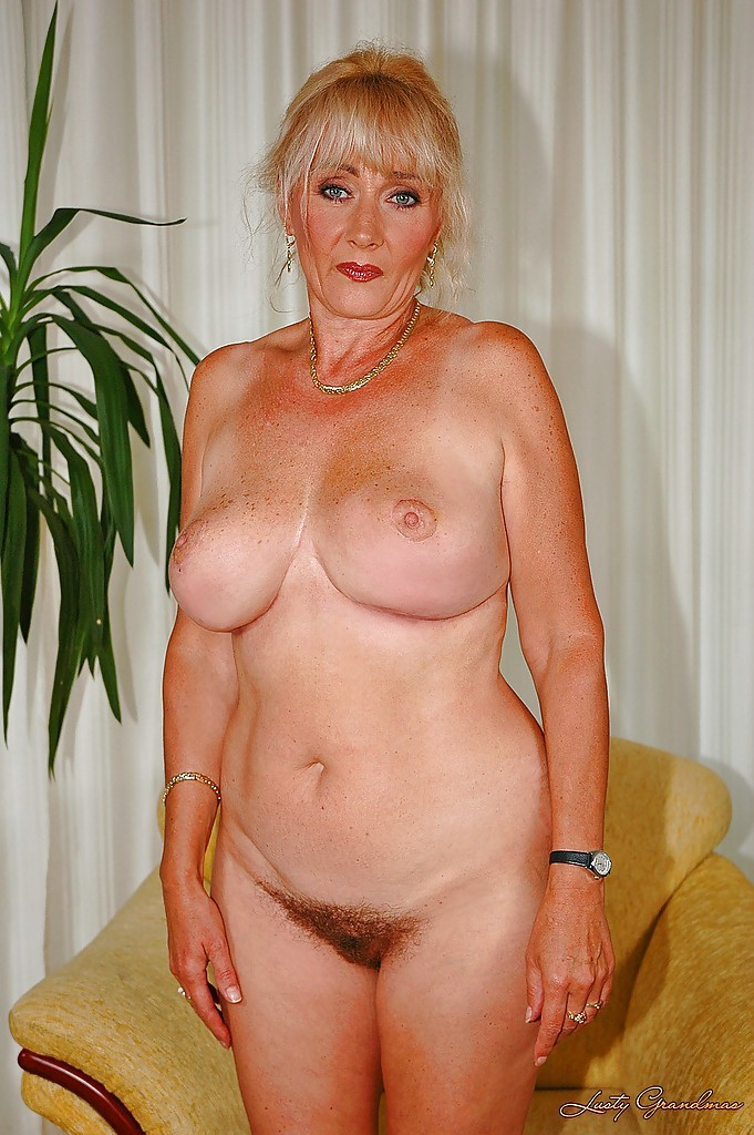Mature is showing her big cunt have thought