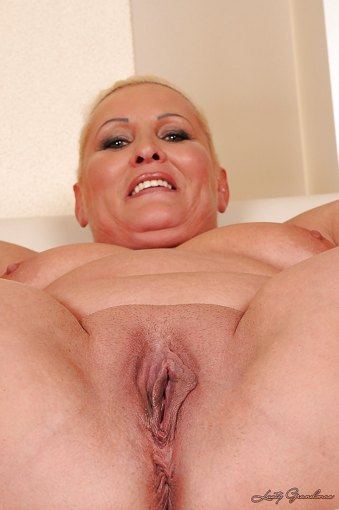 This fattie know how to use a dildo 2