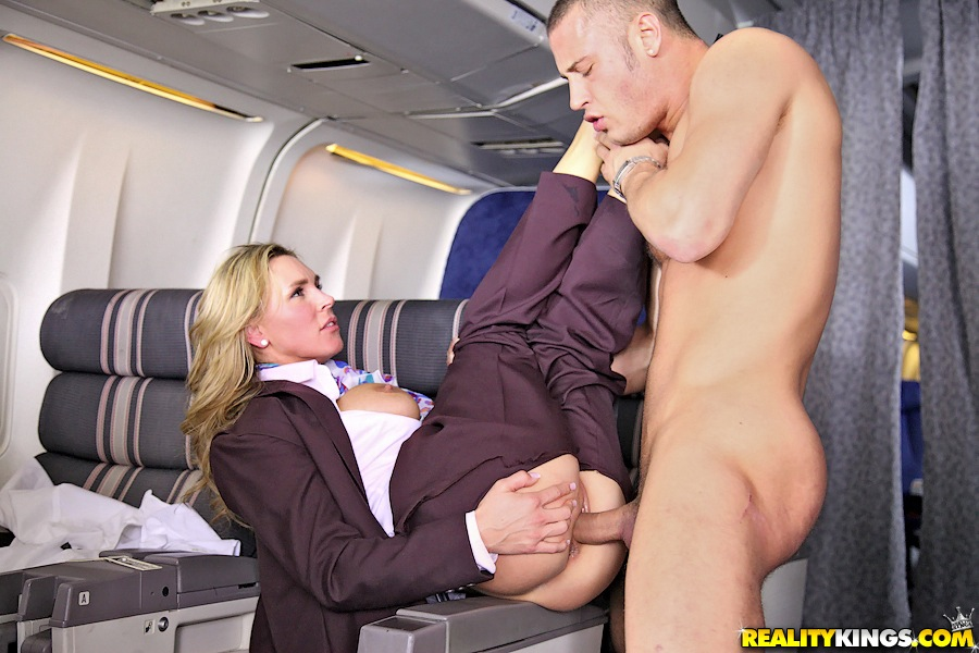 This couple having sex in the flight is the new definition of no fucks given