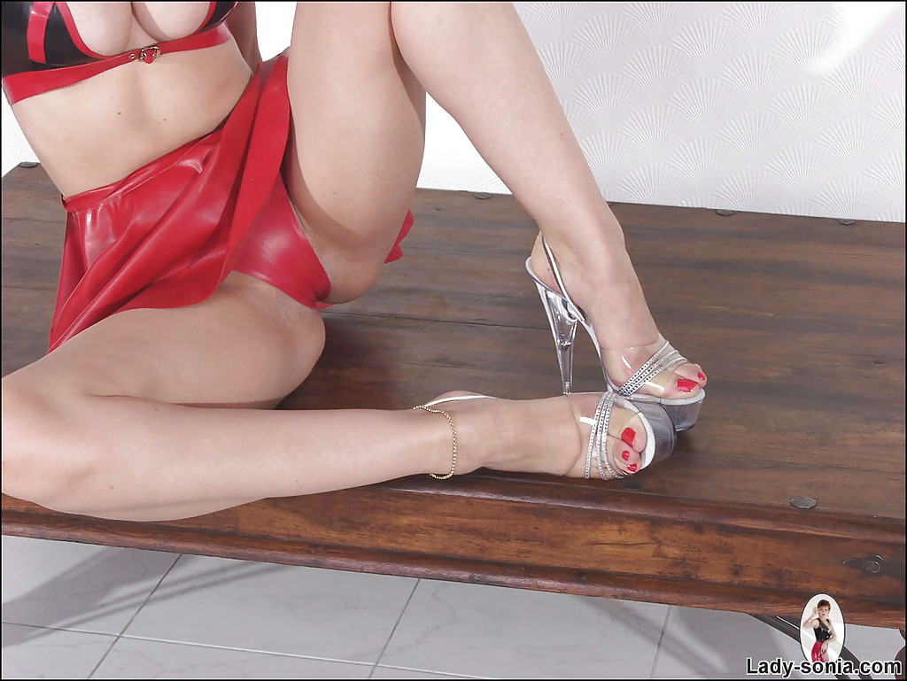 mature fetish lady showcasing her feet in high heeled