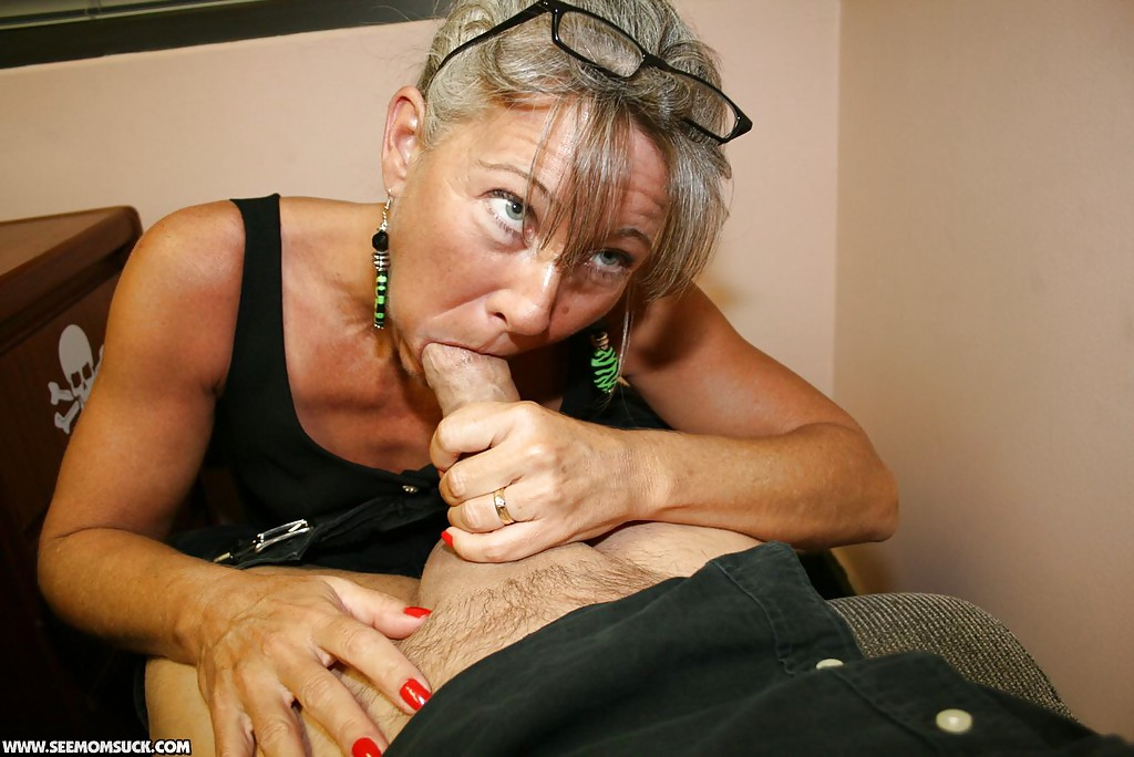 Mature giving a good blowjob