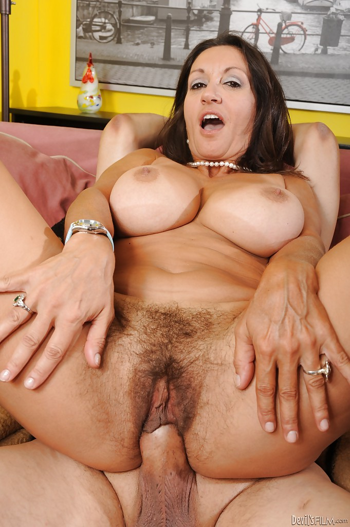 Hard creampie in a milf