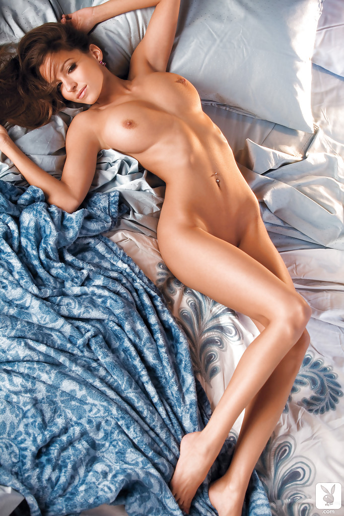 Busty Babe Shelby Chesnes Stripping And Posing Naked On The Bed