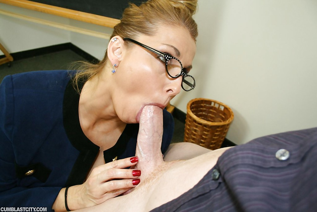 Hot chick gives shaved blowjob