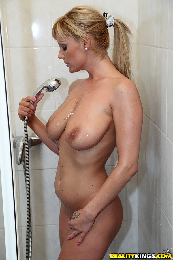 Amateur nude girls shower