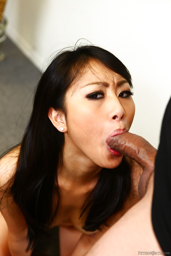Cocksucking asiatische MILF wird facialized