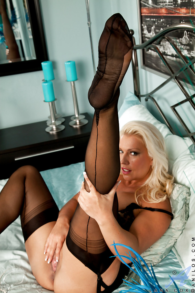 Milf fingering in stockings