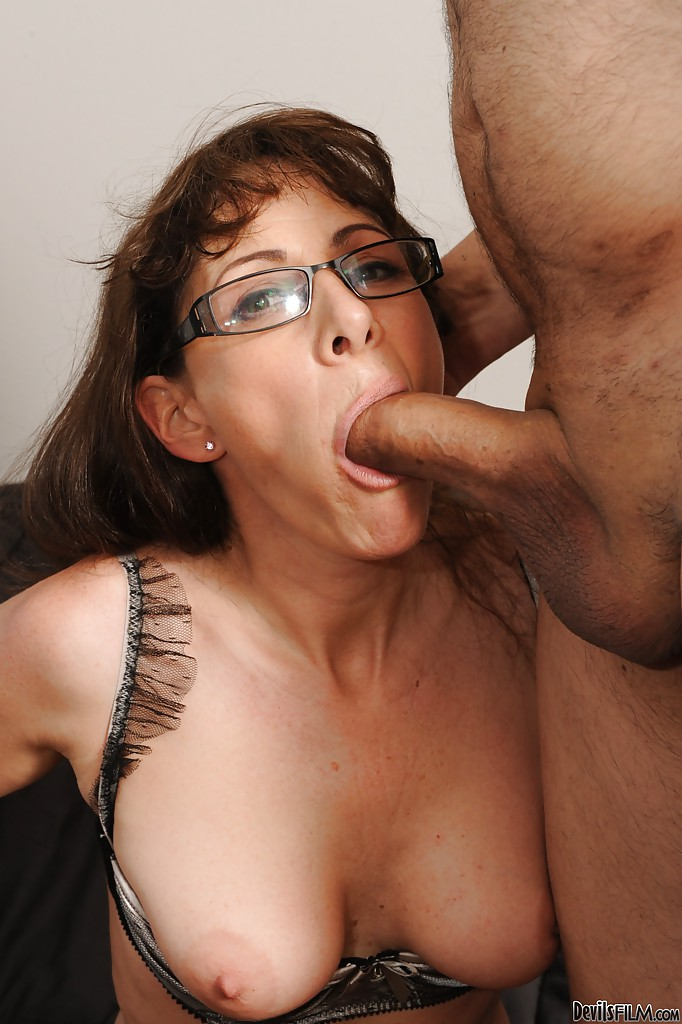 Horny mature drilling her pussy