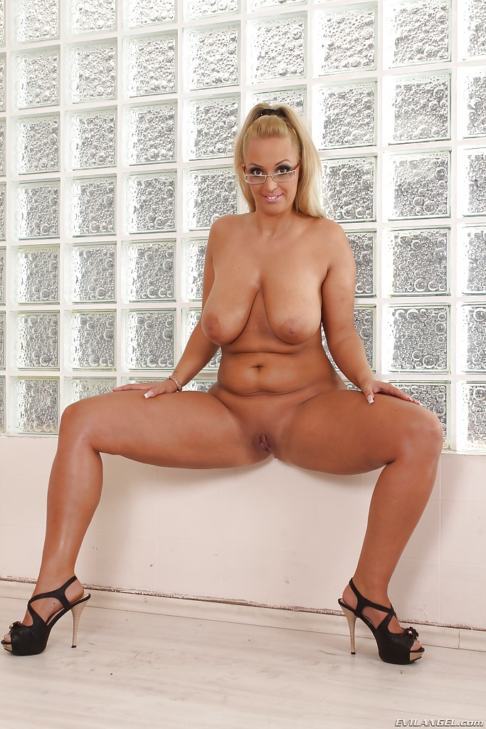 Full figured amature naked 3
