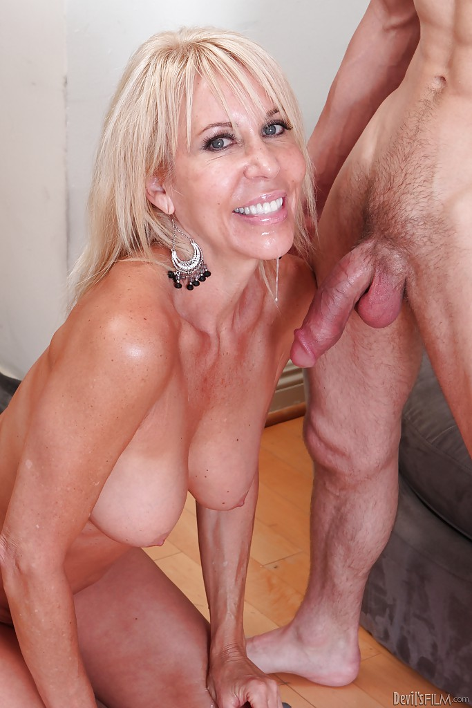 Blonde gorgeous inbody mature