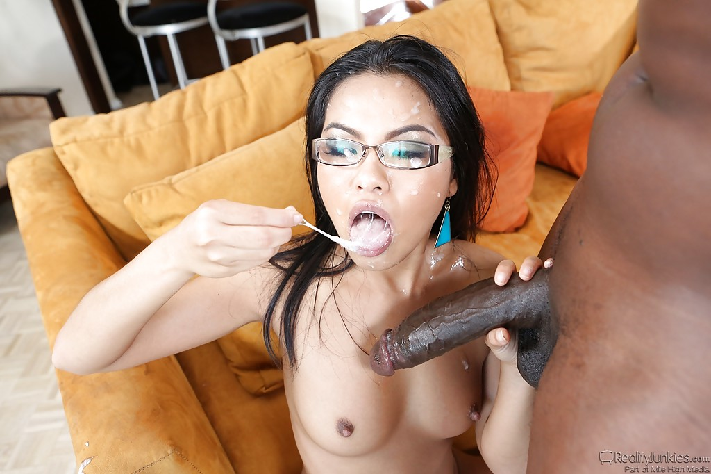 Well endowed ametuer facial cumshots