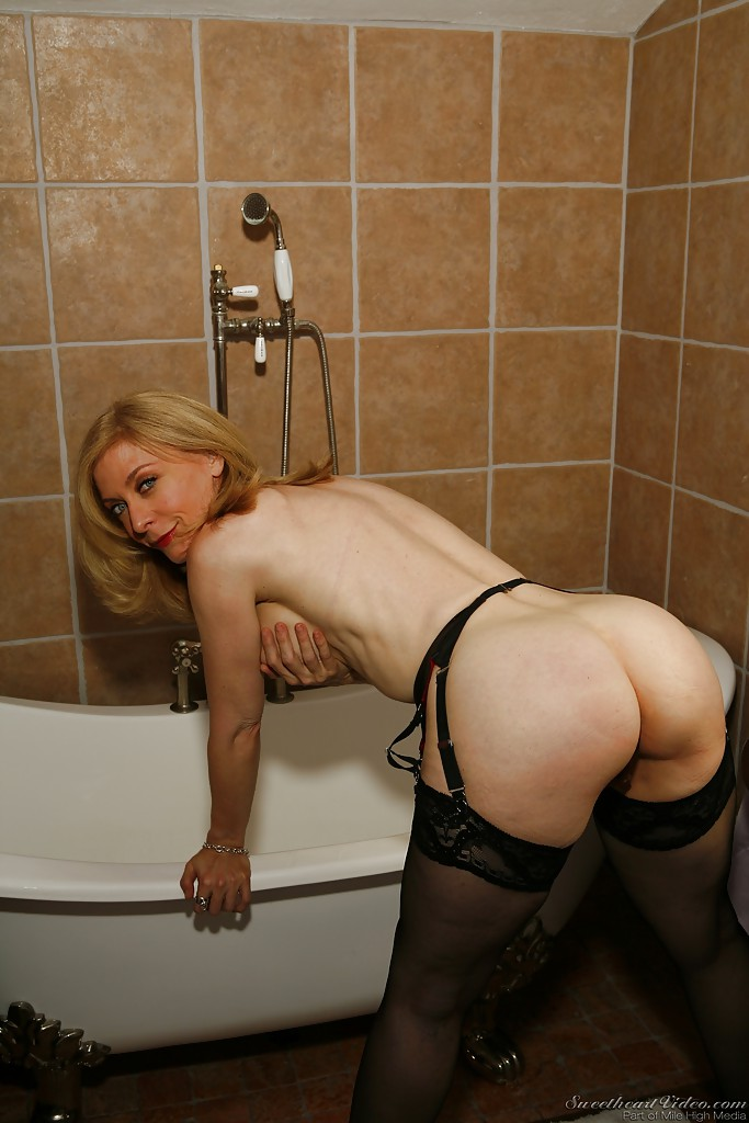 milf naked ass mature posing
