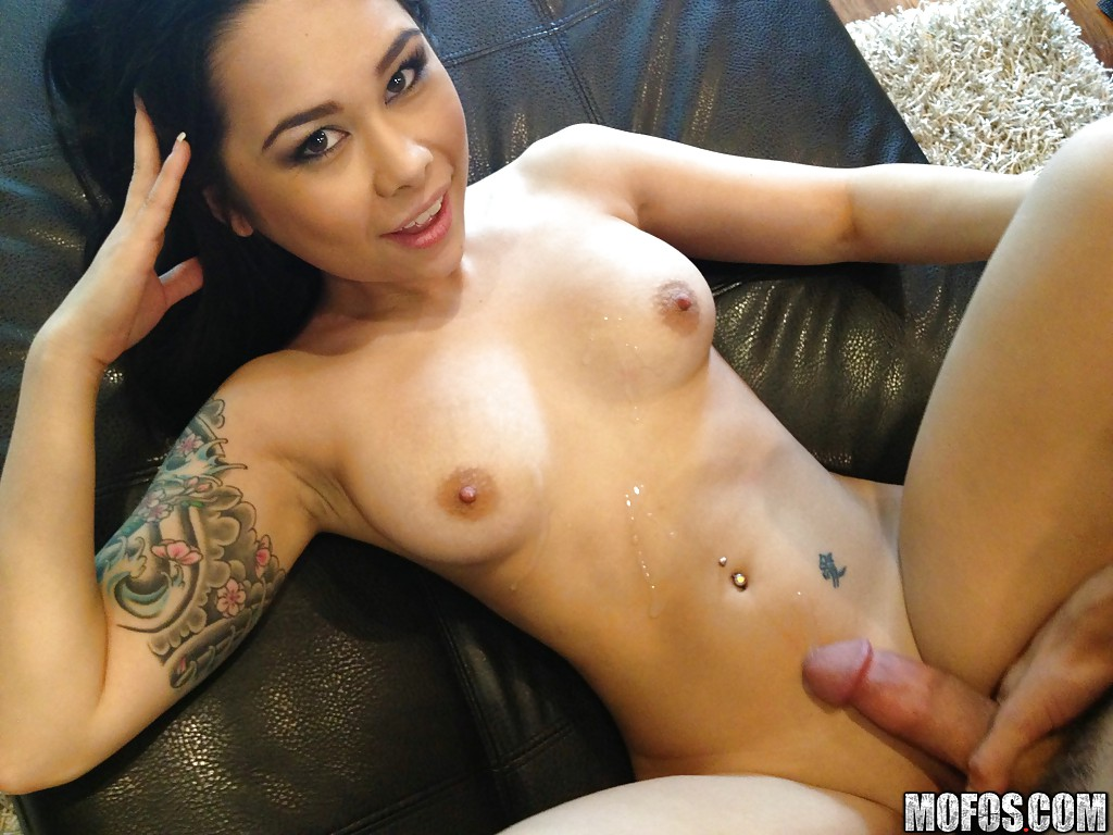 Asian hottie gives a really good blowjob