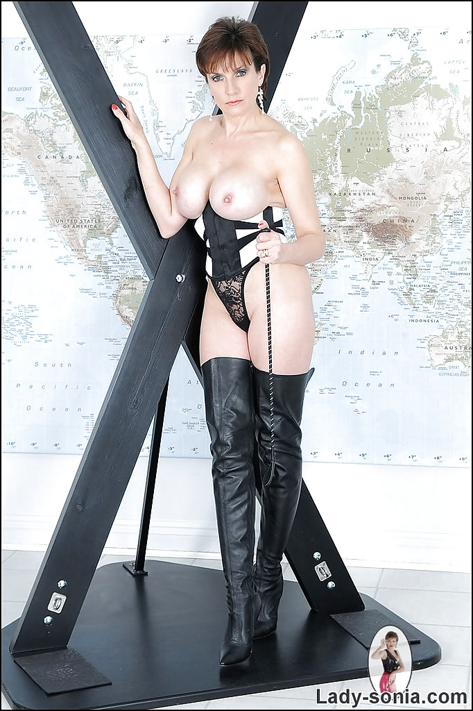 Stunning Mature In High Boots 83