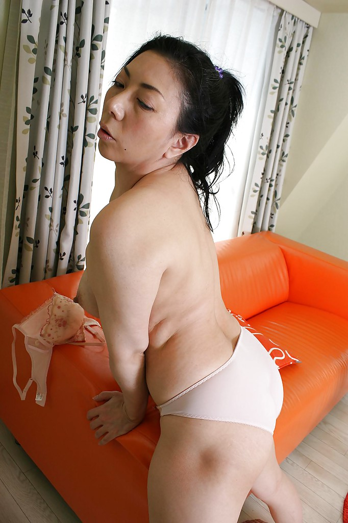 Outdoor wanking asian booty