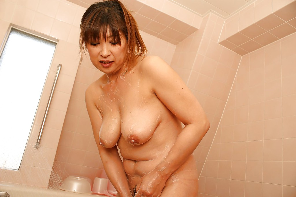 amature-nude-japanese-girl-in-tub