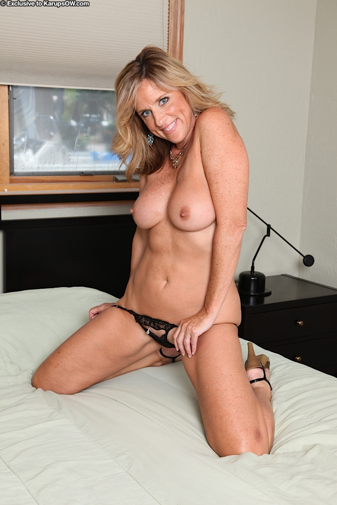 smiley mature blonde with hot body getting nude and posing on the