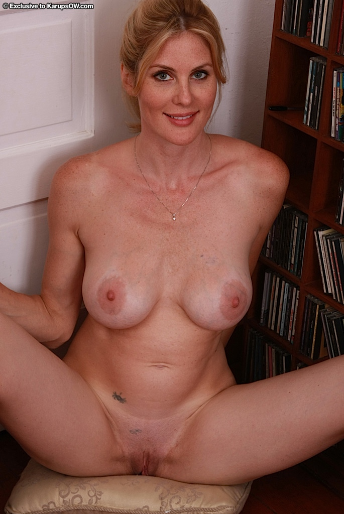 Blonde admirable nude